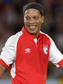 Hasta en Argentina se rindieron ante Ronaldinho por su pase gol sin mirar