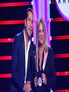 Así fue beso en la boca de Gregorio Pernía y la doctora Polo en famosos premios