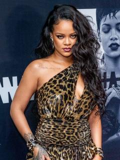 Con minúsculo bikini y cámara lenta, Rihanna mostró que sus curvas no son de embarazada