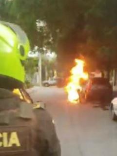 [Video] Prefirió quemar moto a que se la quitaran, y policía lo aporreó por grosero