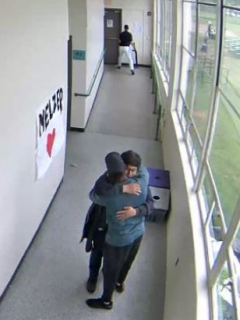 Estudiante que se iba a suicidar con escopeta termina abrazando a hombre que lo desarmó