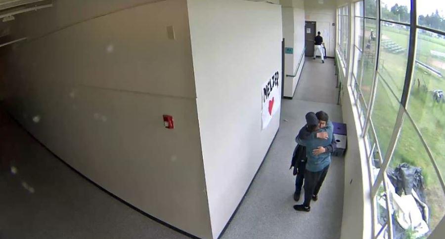 Keanon Lowe desarma a estudiante