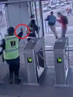 [Video] Con arma de fogueo repelen ataque de colados en estación de Transmilenio