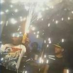 Momento en que DJ manipula luz de bengala