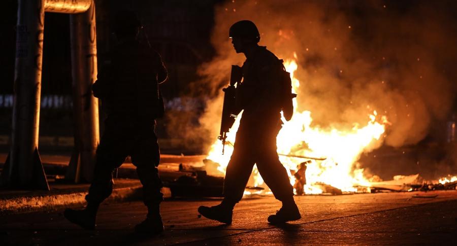 Soldado delante de llamas