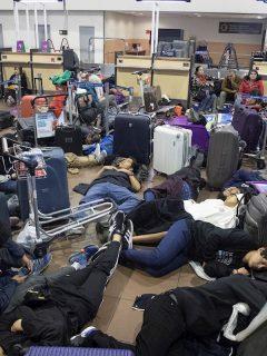Viajeros quedaron atrapados en aeropuerto de Santiago de Chile; les tocó dormir en el piso