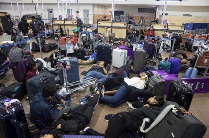 Viajeros atrapados en aeropuerto de Santiago de Chile