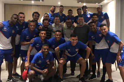Padre Alberto Linero y jugadores del Unión Magdalena