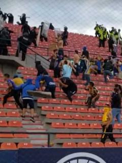 [Videos] Turba azota brutalmente a hincha caído en choque de barras mexicanas