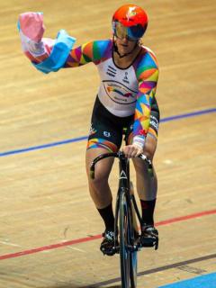 Corredora trans sigue destrozando récords de ciclismo… y la moral de sus rivales