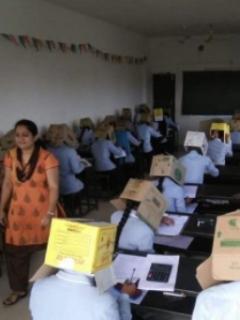 Cajas de cartón en la cabeza: el método de una escuela para evitar la 'copialina'