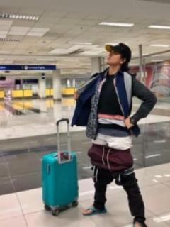 Mujer recurre a descarado truco para no pagar por exceso de equipaje en aeropuerto