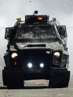 Continúa violencia en Chile; camión militar atropella a joven y arrestan a conductor
