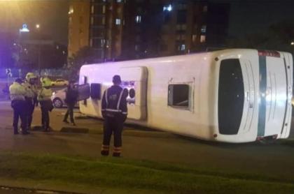 Bus de la policía volcado