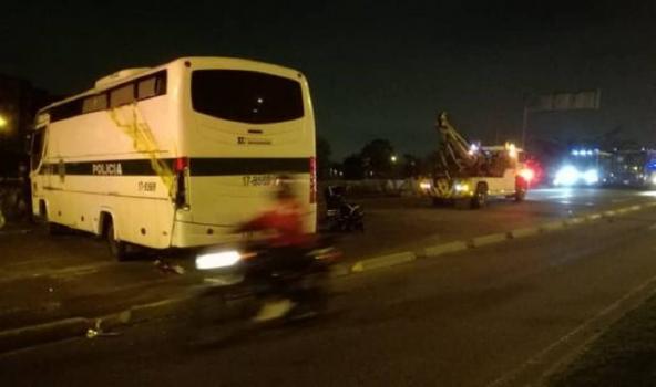 Bus de policía volcado