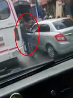 """""""El man tiene revólver, ¡cuidado!"""": graban a ladrón en pleno robo de celular a conductor"""