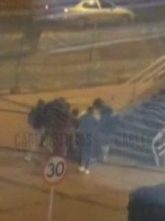 [Video] En gavilla, así es como banda de 30 ladrones roba y golpea a peatones en Bogotá