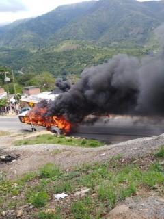[Video] Se incendia ruta escolar y conductor alcanza a sacar a 24 niños que llevaba