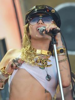 Miley Cyrus reta a Instagram y muestra sus pezones, pero sabe que le bajarán la foto