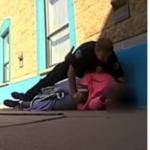 Policía ataca a niña de 11 años.