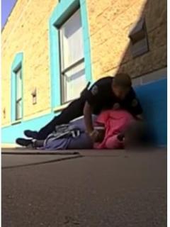 """[Video] Brutal agresión de policía a niña porque ella """"cogió más leche de la que debía"""""""