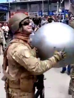 [Videos] Militares y manifestantes chilenos se ponen a jugar voleibol en plena marcha