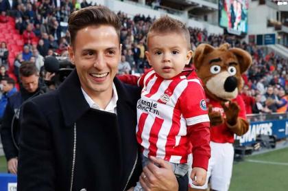 Santiago Arias, futbolista, con su hijo Thiago.