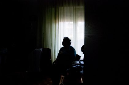 Anciana contraluz