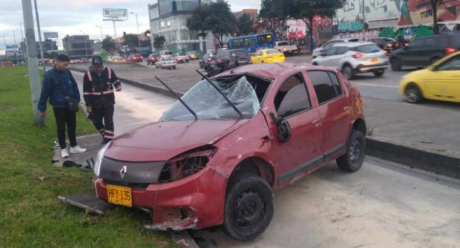 Auto accidentado en la carrera 30