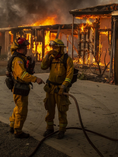 Bomberos atienden incendio en Los Ángeles