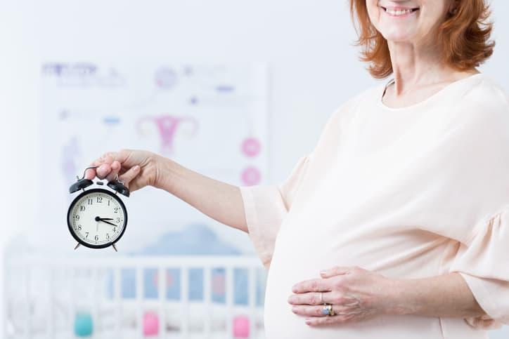 Mujer alta edad embarazada