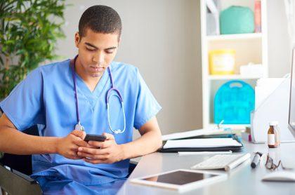 Medico usando un celular.