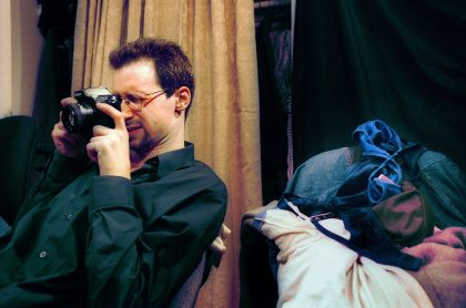 Hombre fotografiando porno