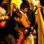 Niños regalando dulces en marchas estudiantiles
