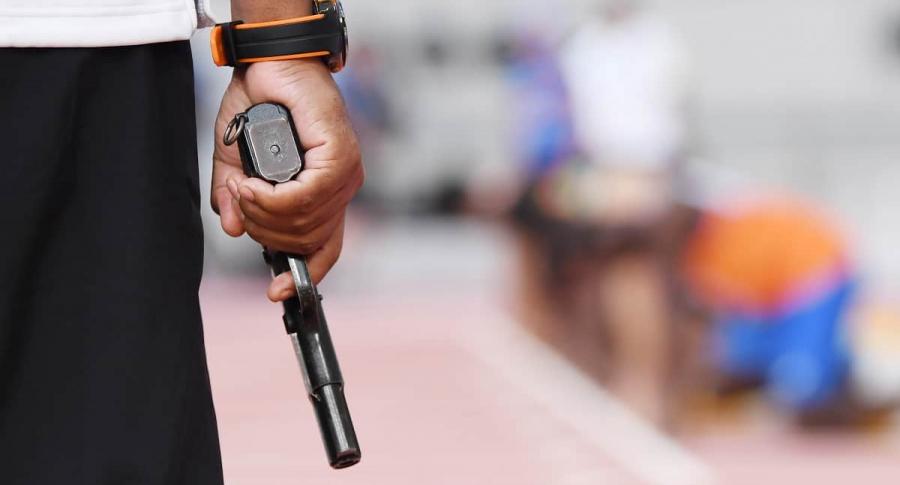 Persona empuña pistola