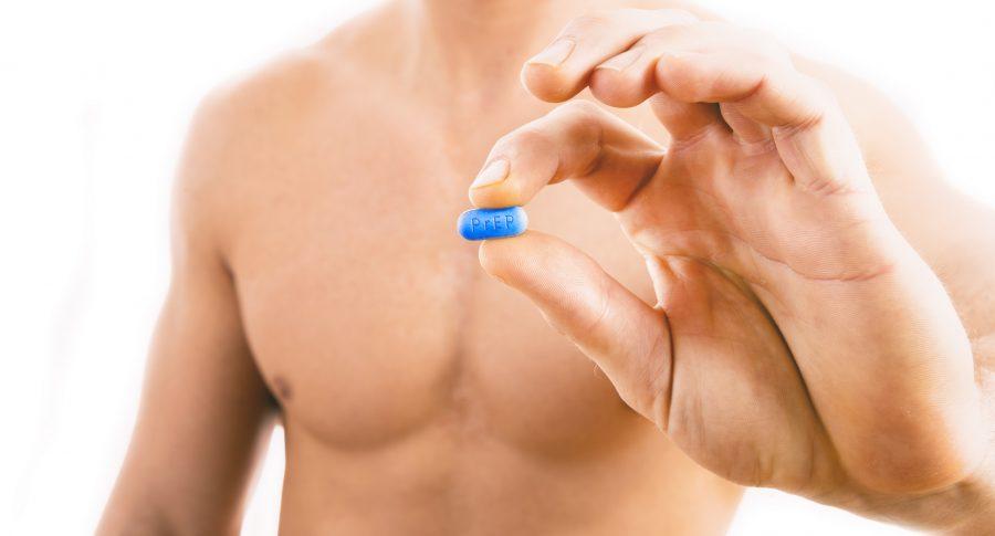 Hombre sosteniendo pastilla de PrEP
