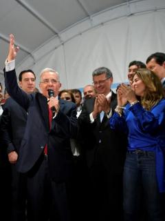 Seguidores aplauden a Álvaro Uribe