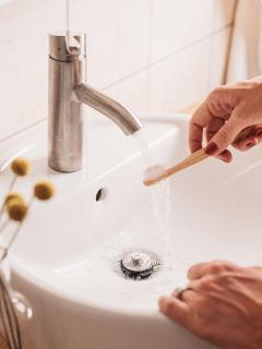 ¿Por qué es mejor no mojar el cepillo antes de cepillar los dientes? Experta explica