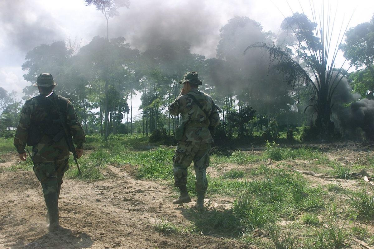 Militares en campo abierto