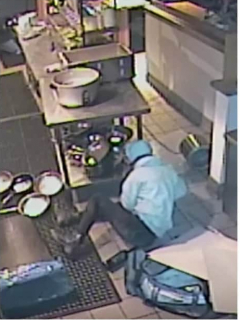 [Video] Totazo de ladrona al caer de un techo mientras robaba un restaurante