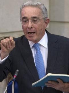 Encapuchado y Álvaro Uribe