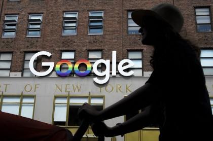 Persona pasa frente a logo de Google