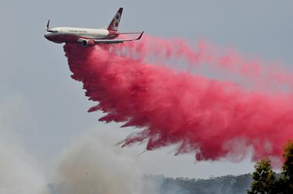 Avión combate incendios en Australia