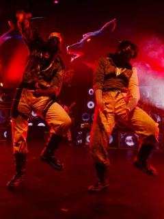 Eufórico festejo de bailarines acabó en desastre: tarima se desplomó mientras saltaban
