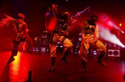 Bailarines en el escenario.