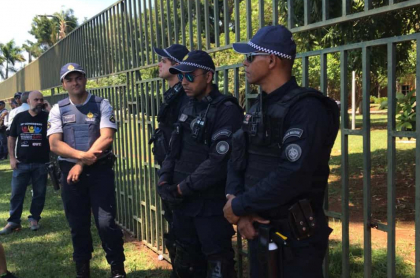 Policías brasileños custodian la embajada de Venezuela en Brasilia