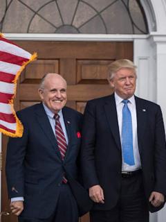 """Abogado personal de Trump implementó canal diplomático """"irregular"""" con Ucrania"""