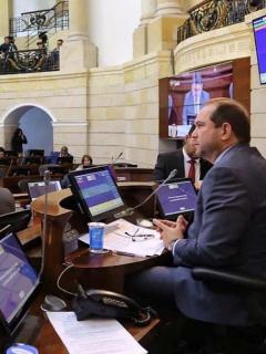 Sanción que les espera a senadores de Farc y uribismo por pelea en debate sobre niños