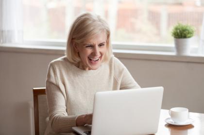Mujer emocionada.