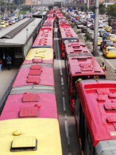 Enorme fila de buses de Transmilenio, la postal que dejó un accidente en la NQS